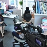 聰穎教育 慈善基金主席 曾小姐 正接受採訪。