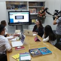聰穎教育代表們正在示範MySmart e-textbook。