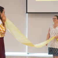 我們邀請了幾位出席者比賽吹氣鼓起膠袋,這是一個具體表現氣流如何運作的實驗
