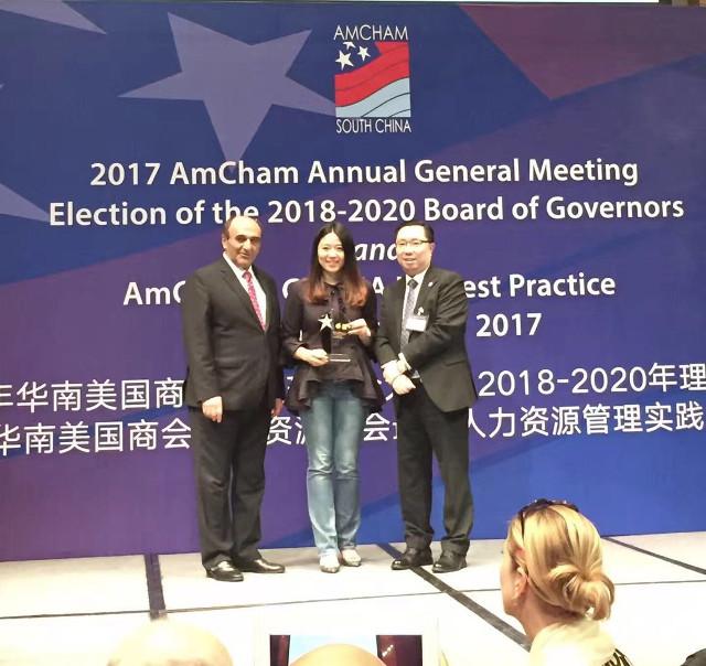 哈利·赛亚丁博士和陈启荣先生为海航商务颁奖